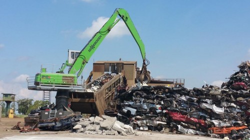 The responsiveness of the hydraulics lets the operator sort feedstock from the pile easily.