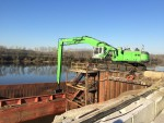 The position of the hydraulic cab allows the operator to clearly see the bottom of the barge.