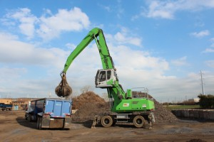 The SENNEBOGEN 835 E-Series shows its strengths in demanding continuous use at the scrap yard. It moves large quantities of scrap powerfully with the orange peel grab and remains economical even under the highest loads.