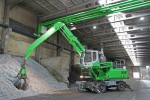 Using an ingenious ceiling trolley to supply power, this SENNEBOGEN 825 M electric material handler can range freely throughout Nickelhütte's indoor recycling facility.